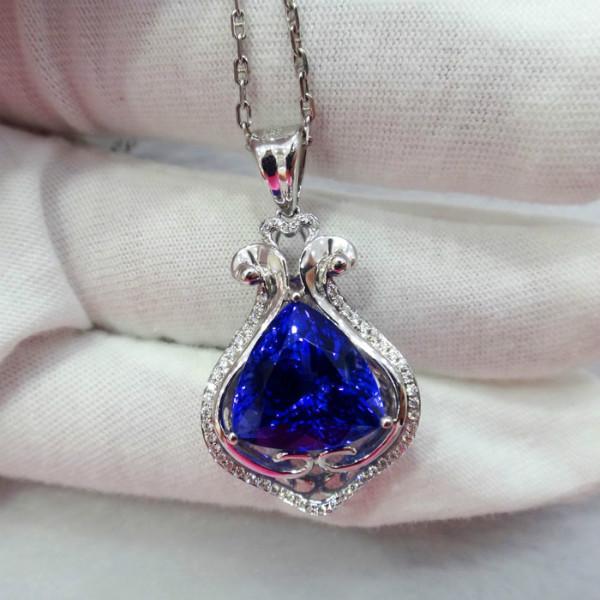 供应18K金镶钻纯天然三角形坦桑石吊坠 绚彩珠宝坦桑石个性定制